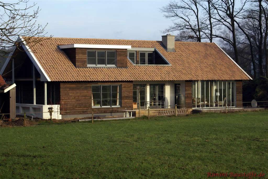 Holzhaus mit passend braunfarbigem Dachziegel