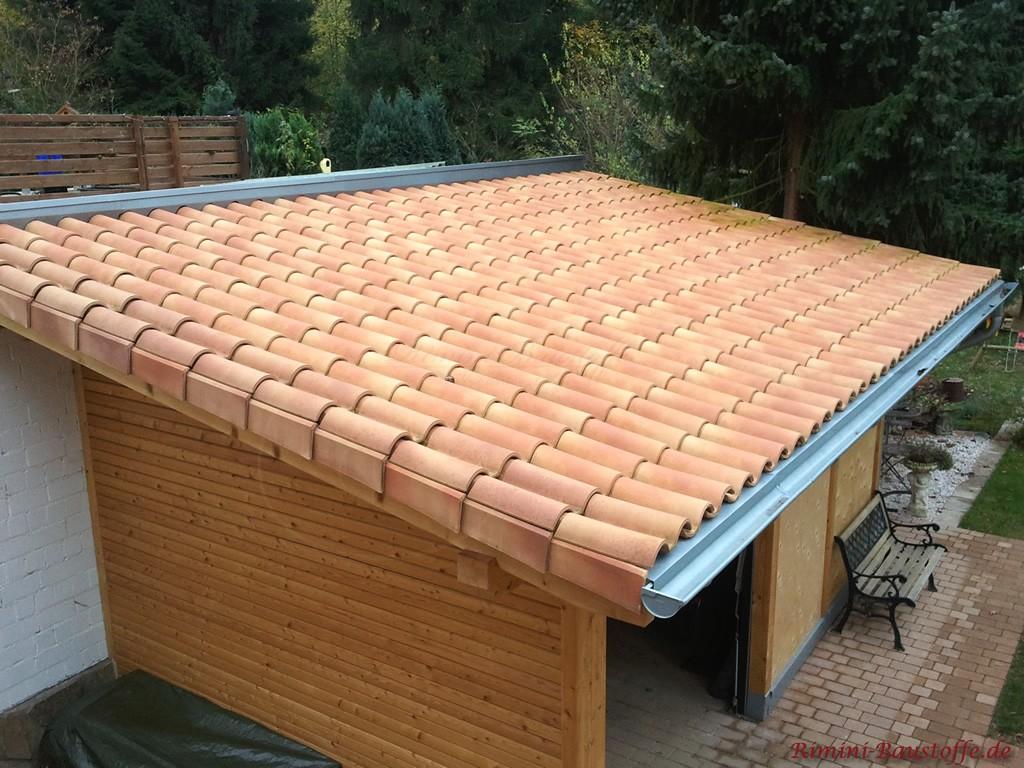 mediterranes Pultdach in rot und beige auf einer Gartenhütte