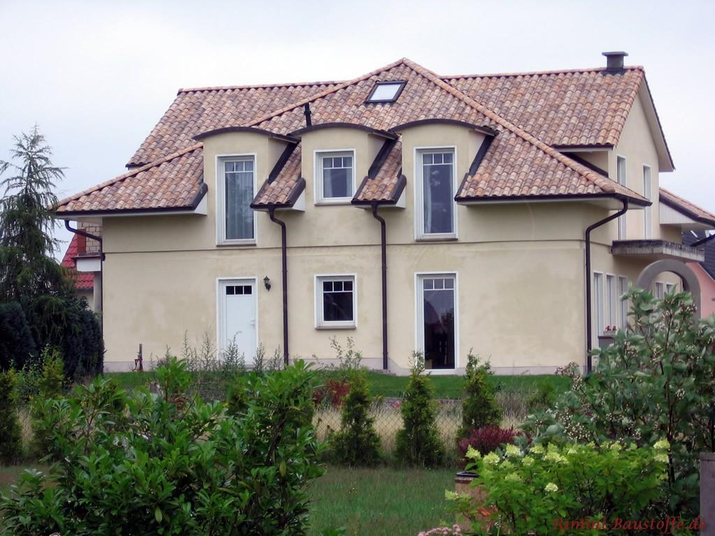 modernes Einfamilienhaus im mediterranen Stil mit schönen Gauben