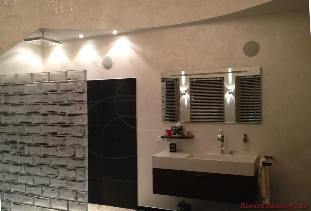 Duschwand aus silbernen Glaselementen passend zur antrazithfarbenen Duschwand