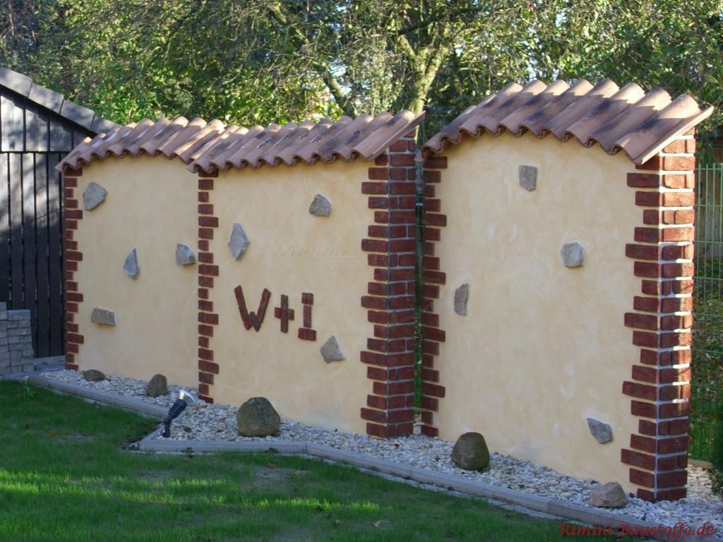 Mauerelemente im mediterranen Stil mit Halbschalen und Bossen