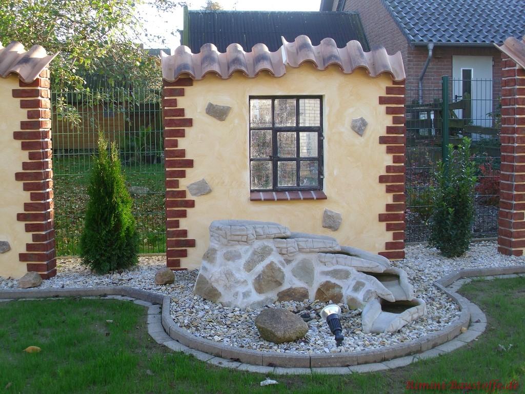 mediterrane Gartenmauer mit Fenster und Klinkerbossen