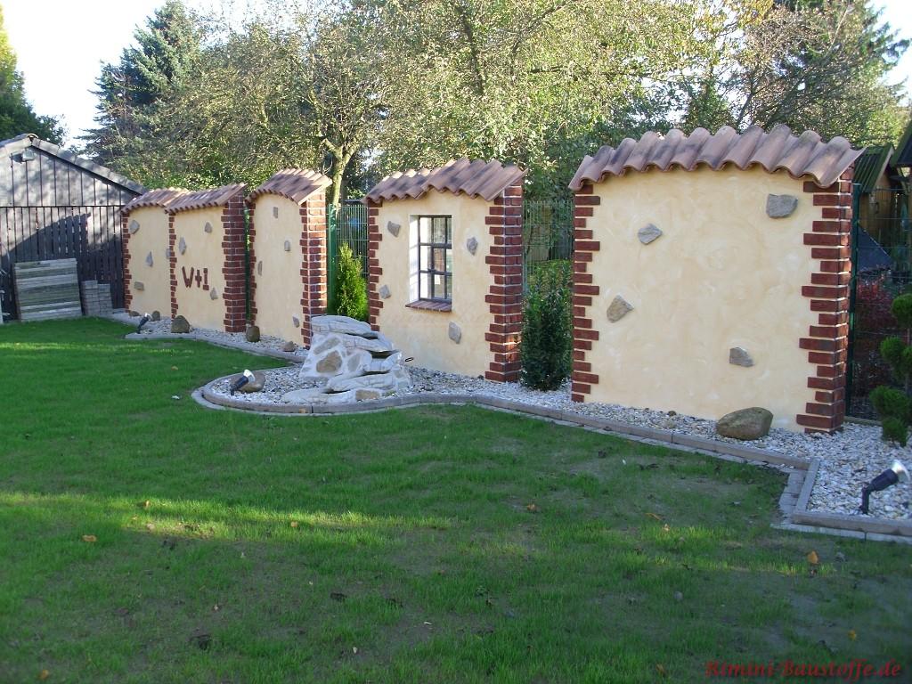 mehrere Mauerelemente im mediterranen Stil