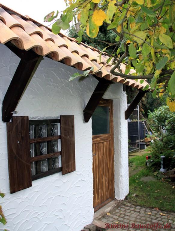 Gartenhaus mit dunklen Holzbalken & Sprossenfenster