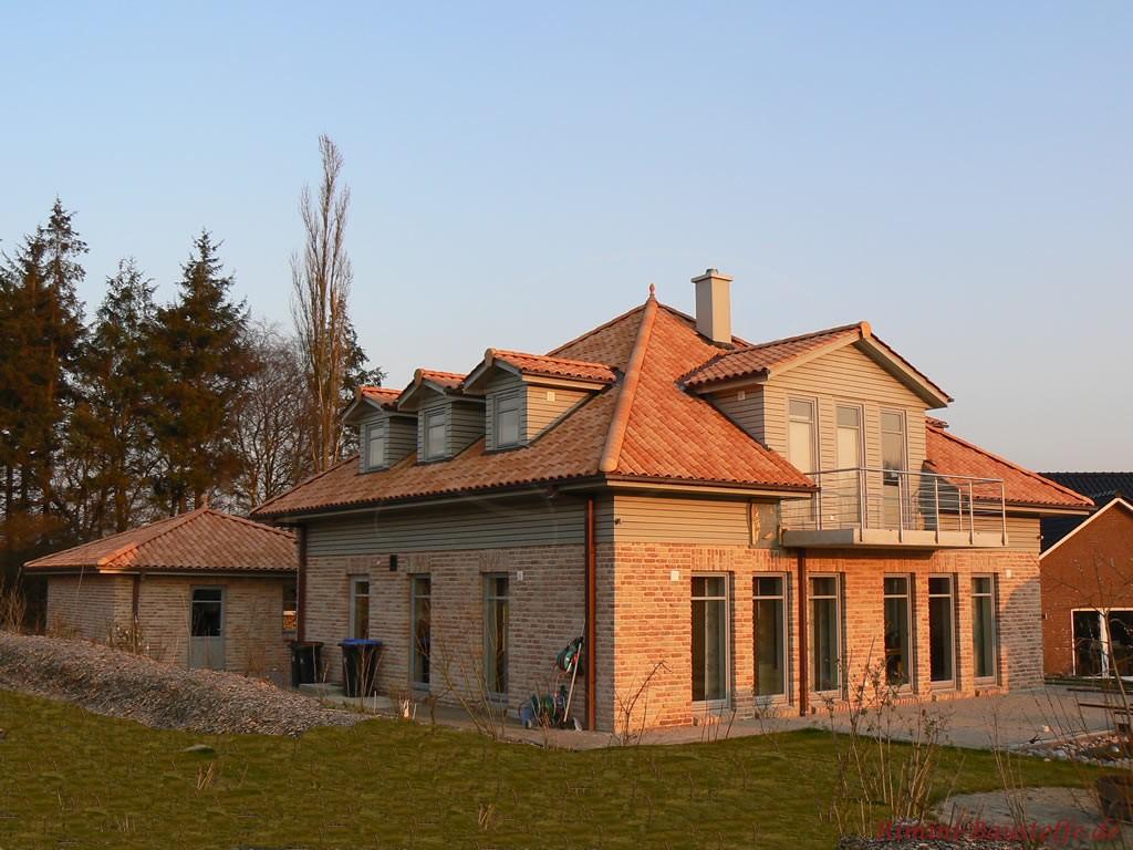 Neubau mit Klinkerfassade und grauen Fassadenelementen