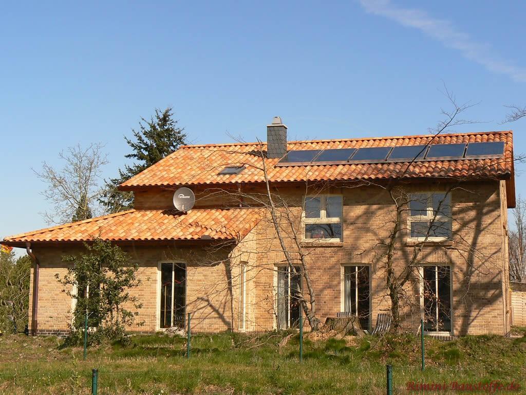 schönes Einfamilienhaus mit Klinker und südländischem Ziegel und Solaranlage