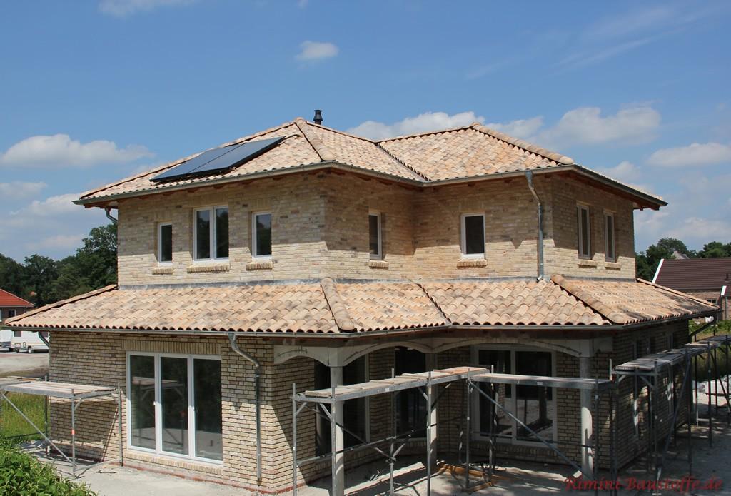heller mediterraner Neubau mit überdachter Terrasse & Solaranlage