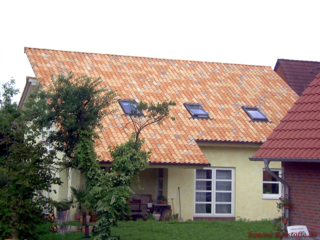 schöne große Dachfläche bei einem Pultdach mit Dachfenstern