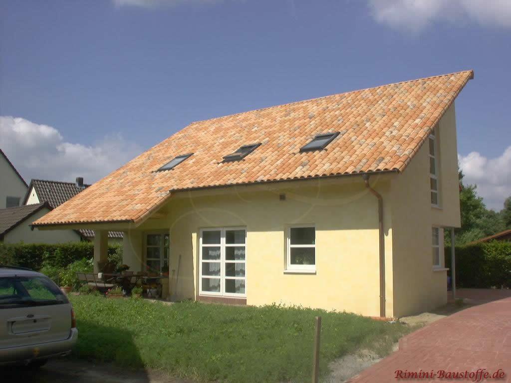 Einfamilienhaus im mediterranen Stil mit Pultdach und Dachfenstern