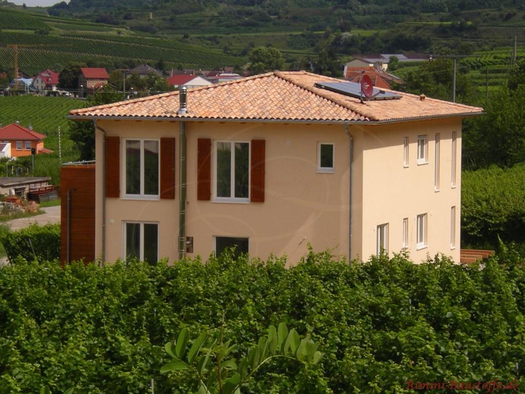 sehr schönes mediterranes Wohnhaus mit quadratischem Grundriss und Walmdach