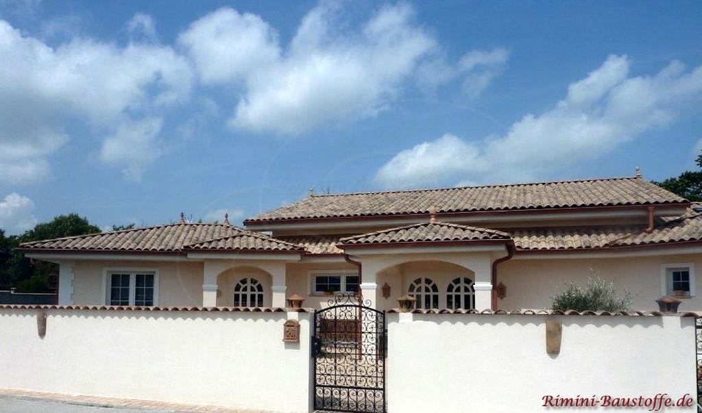 südländische Villa mit einem Dach in natürlichen Erdtönen
