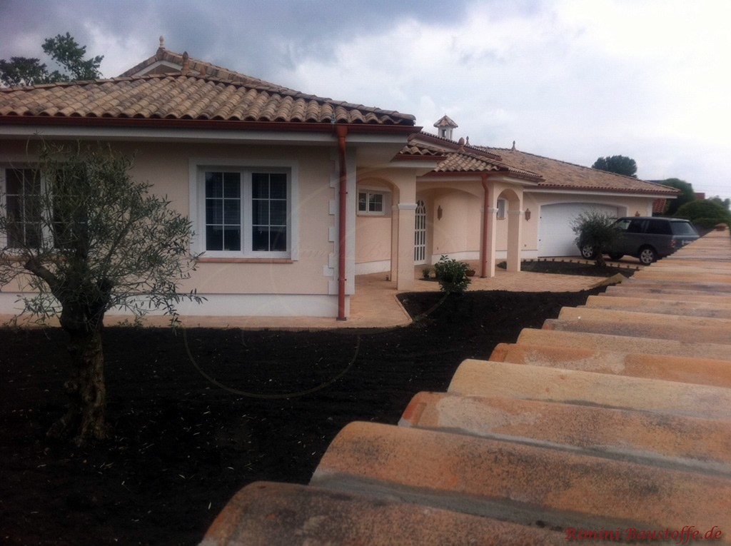 mediterrane Villa mit einer passenden Mauerabdeckung zum Dach