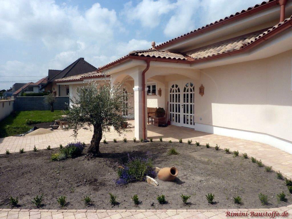 Villa im südländischen Stil mit passender Fassadenfarbe und abgestimmten Dach