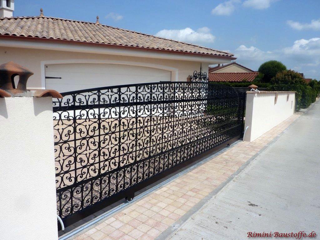 Doppelgarage passend zu Stil des Hauses mit mediterranem Flair