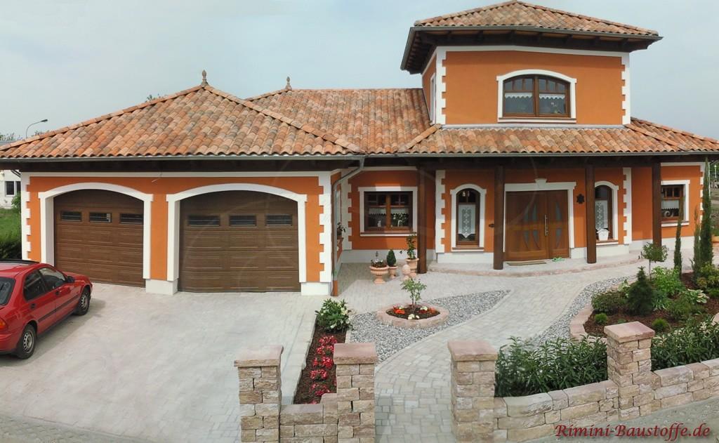 schöne kräftige Putzfassade passend zur eher milden Dachfarbe