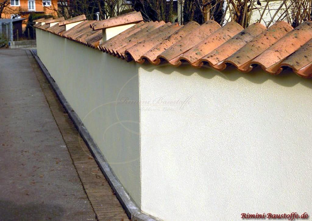 Mediterrane Mauer die im 45 Gratwinkel abknickt
