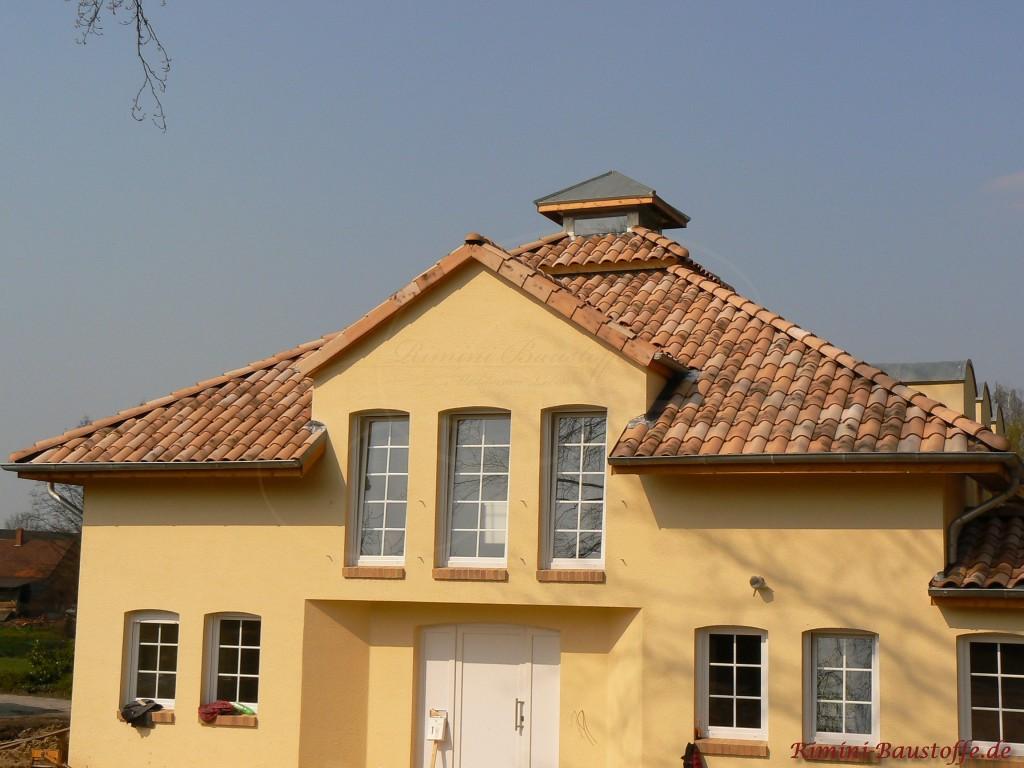 schönes mediterranes Wohnhaus mit großen Fenstern und einer Gaube
