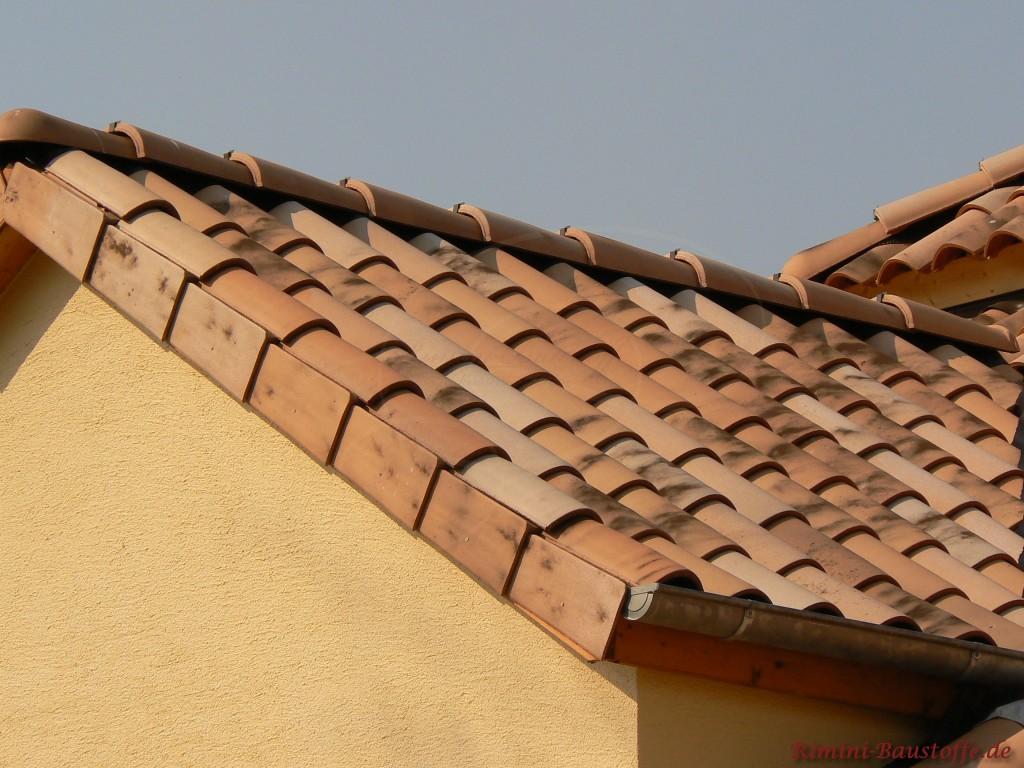 Dachgaube mit einem schönen antik wirkenden Ziegel