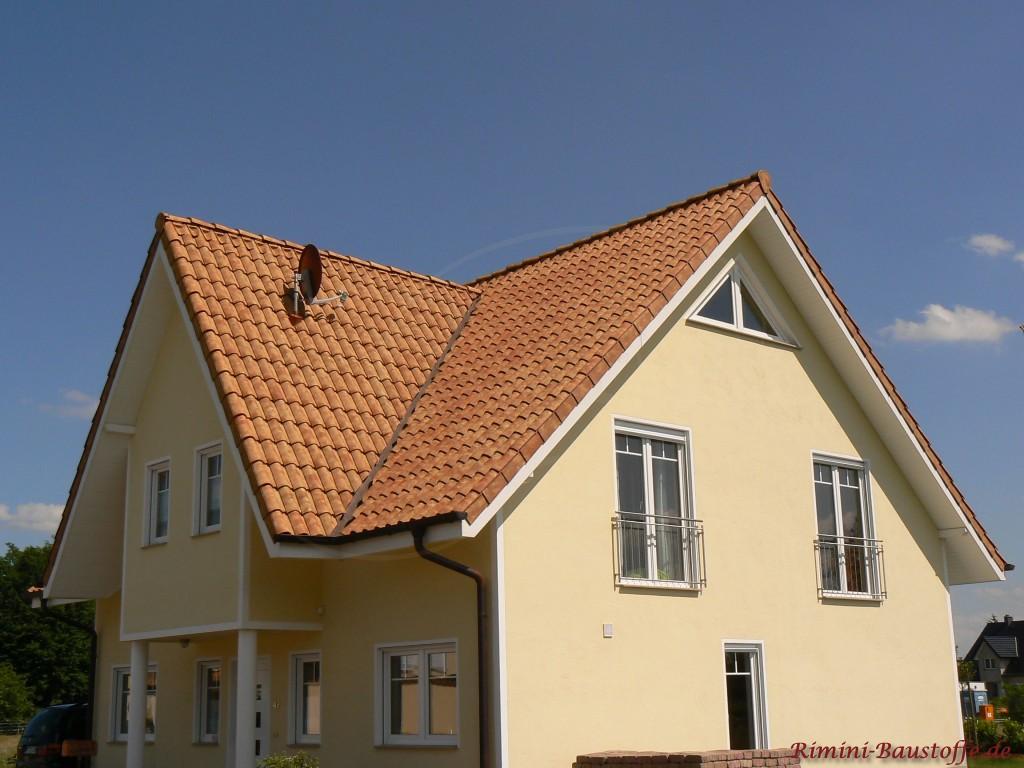 schoenes Einfamilienhaus mit Satteldach und grosser Gaube im Eingangsbereich