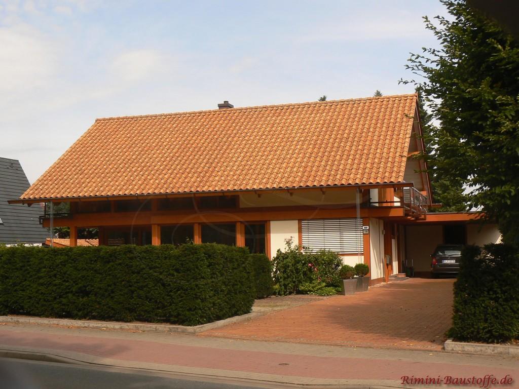 schoenes grosses Satteldach mit einem mediterranen Ziegel in strohgelb gedeckt