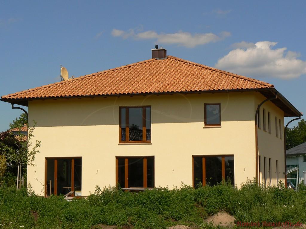 mediterranes Haus mit gelber Putzfassade