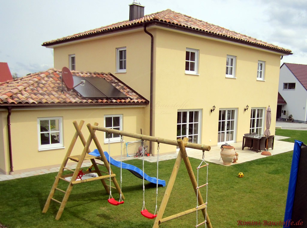 großes Wohnhaus in mediterraner Bauweise mit Solaranlage auf dem Dach