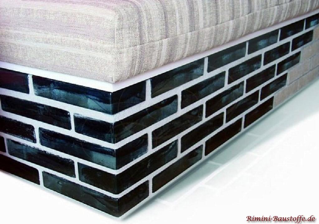 Bettsockel aus stabilen Muranoglaselementen in einem dunklen Blau