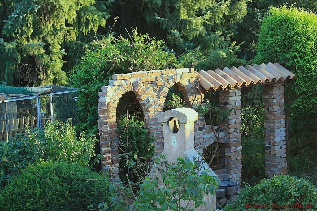 rustikales Highlight im Garten - eine Brcuhsteinmauer aus altem Klinker