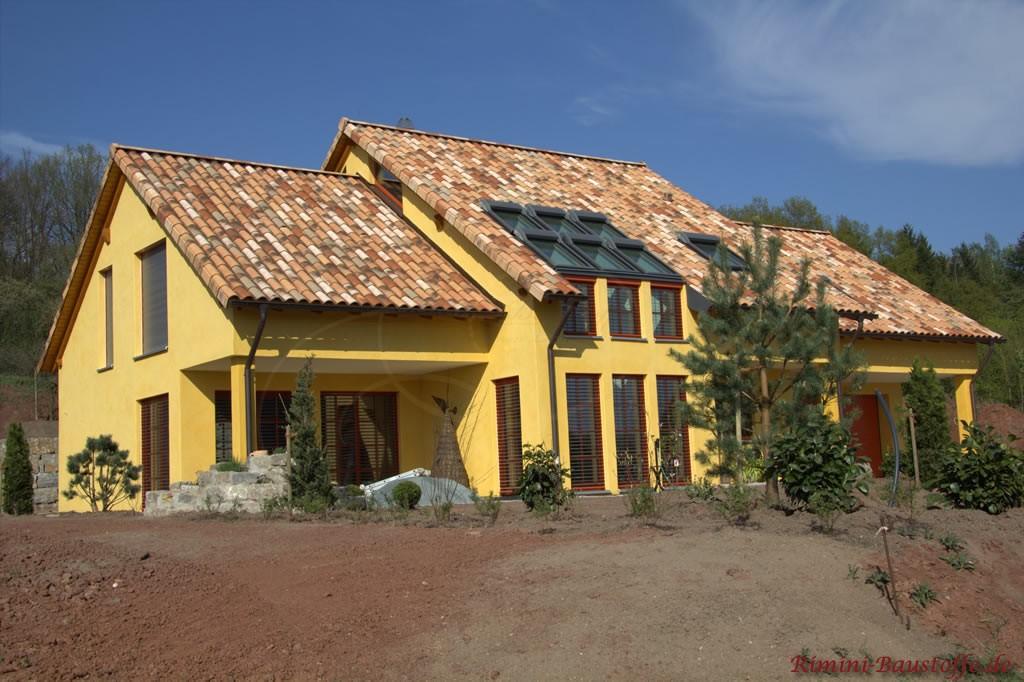 großes Einfamilienhaus im mediterranen Stil mit schönem Herbstlaubfarbenen Dachziegel