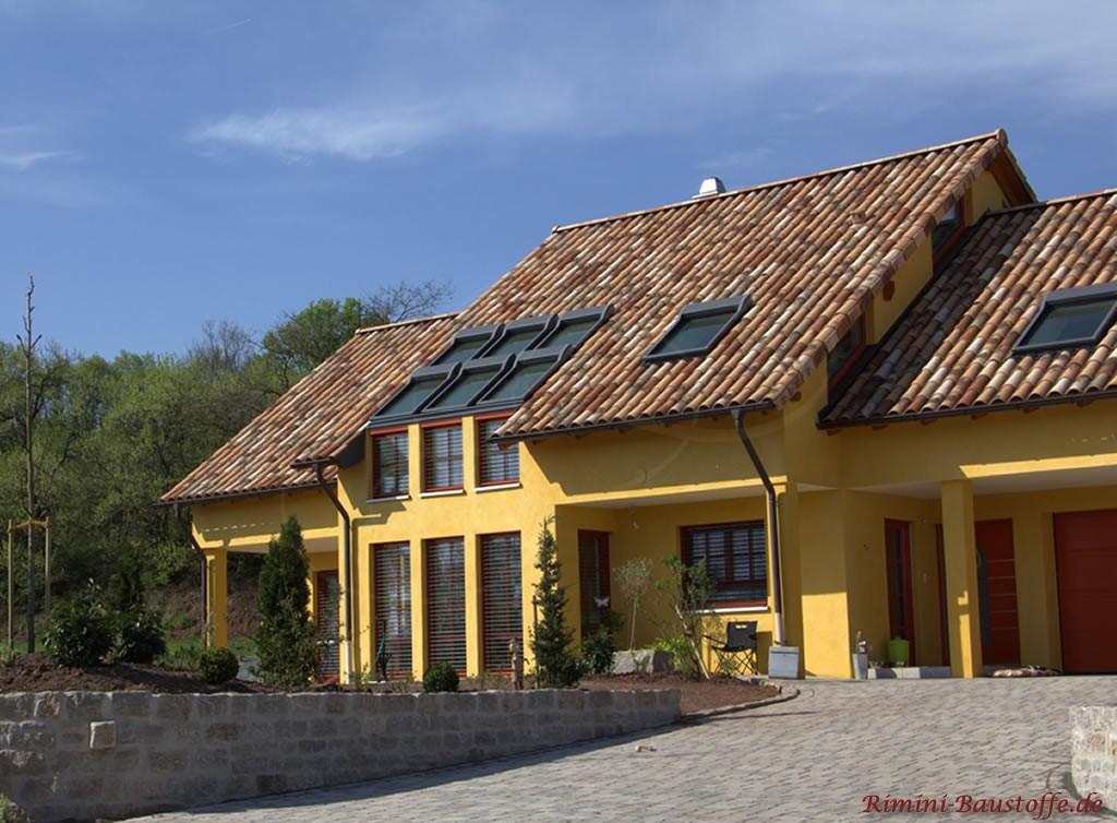 mediterranes Dach mit großen Dachfenstern