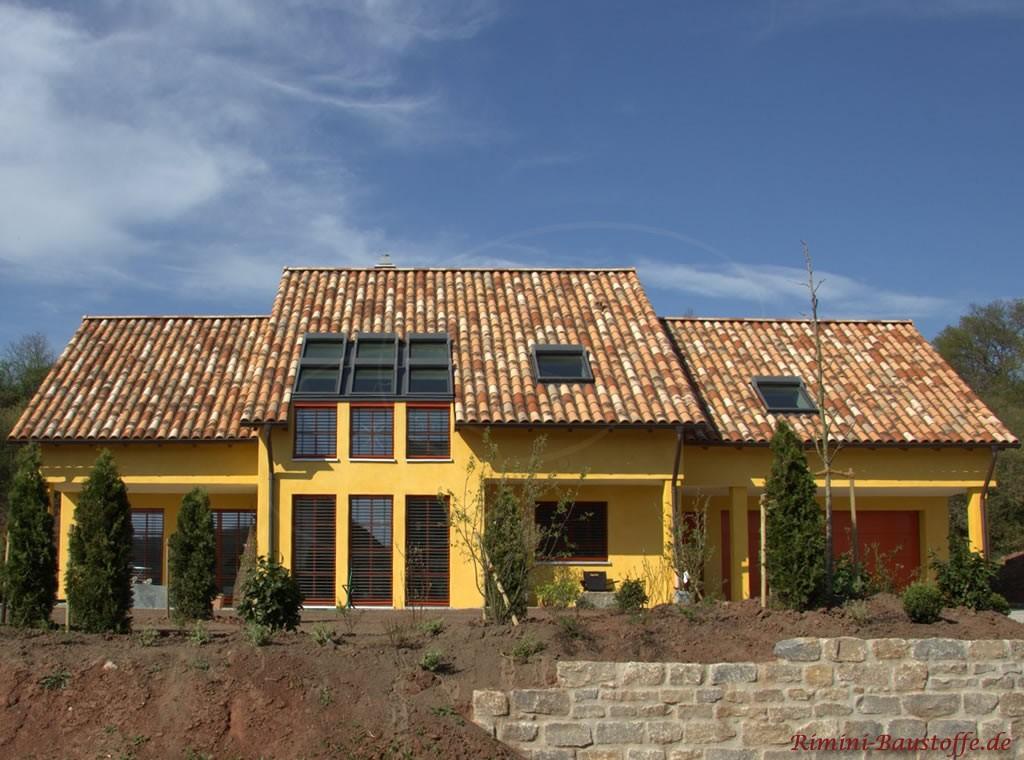 großes Einfamilienhaus im südländischen Stil mit schöner bunter Dachfläche