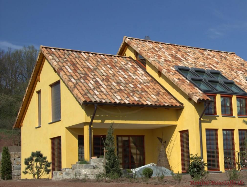 sehr schöner romanischer Dachziegel in einer Herbstlaubfarbe