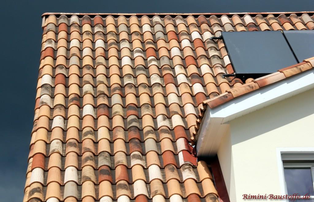Solaranlage auf einem schönen mediterranen Dach in einer Herbstlaubfarbe