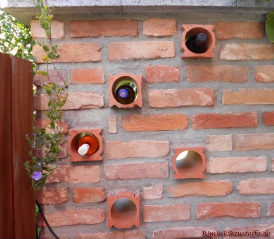 Weinlagersteine eingemauert in eine Terrassenwand