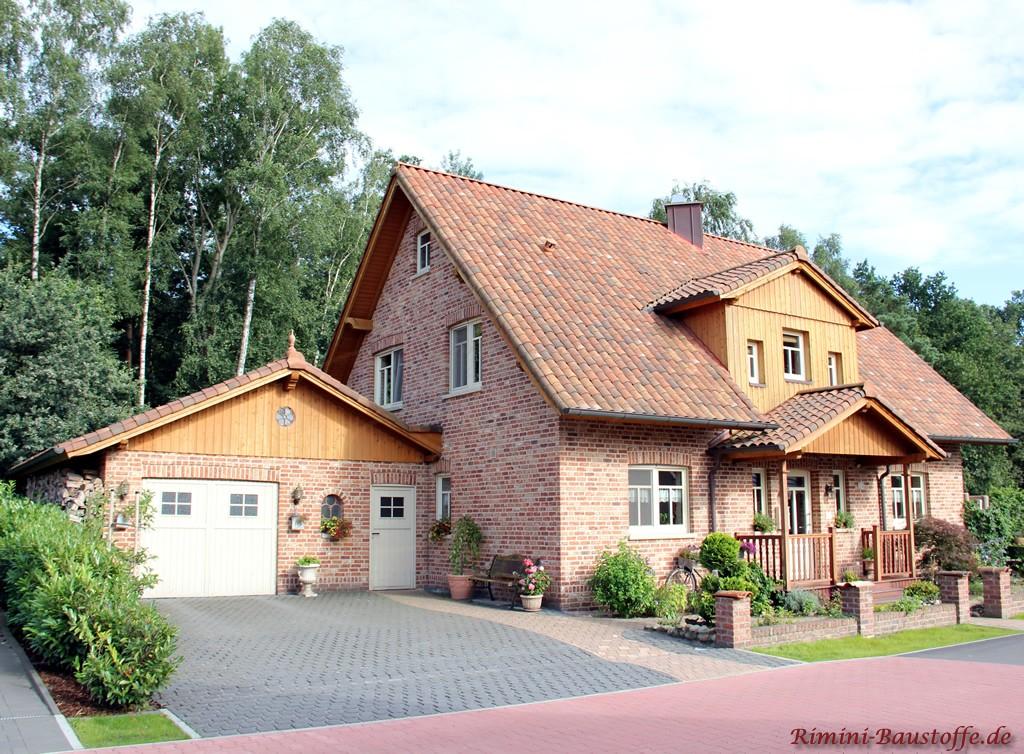 Norddeutsches Einfamilienhaus mit Klinkerfassade und passendem romanischen Dachziegel