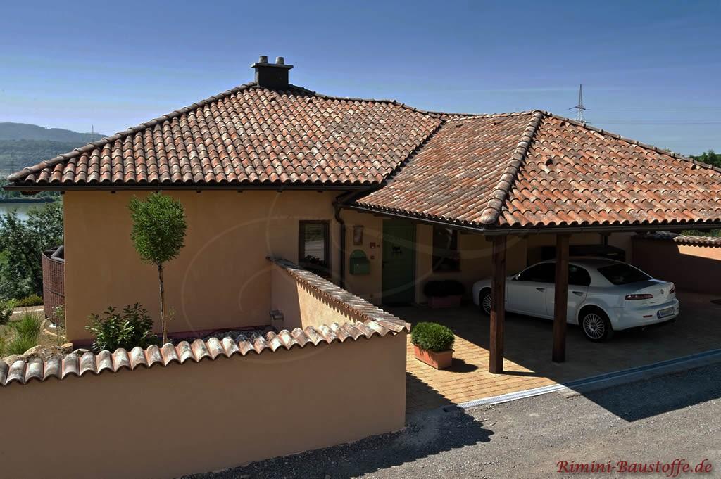 mediterraner Bungalow mit schönem antiken Dach