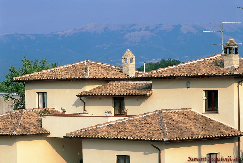 große mediterrane Villa mit einer original Mönch Nonne Dacheindeckung