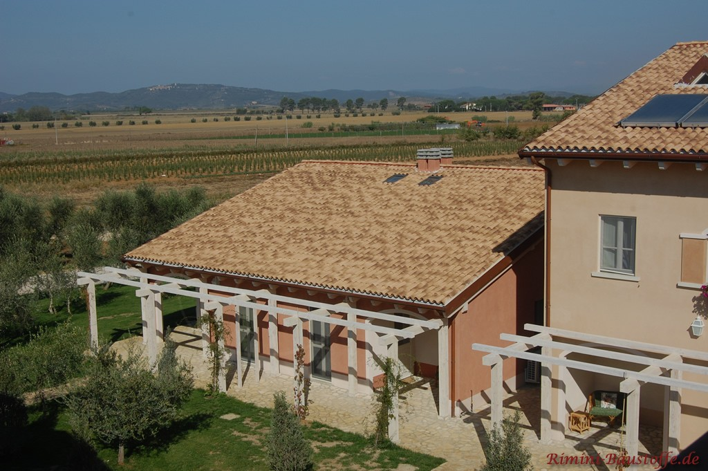 Sandfarbenes Dach mit Changierungen passend zur kräftigen Putzfassade