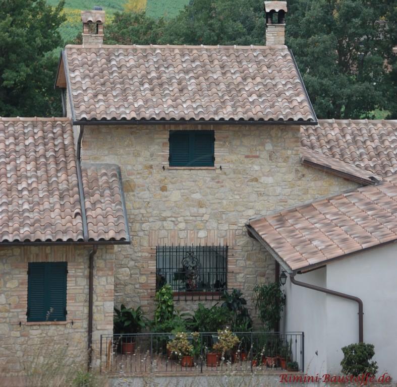 kleine mediterrane Finka mit Fassade aus Naturstein und passenden Fensterläden