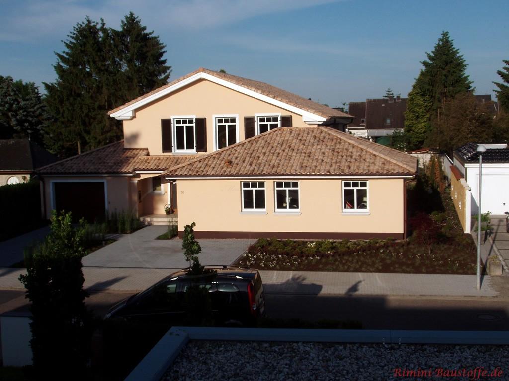 sehr schönes mediterranes Haus in Beige- und Brauntönen