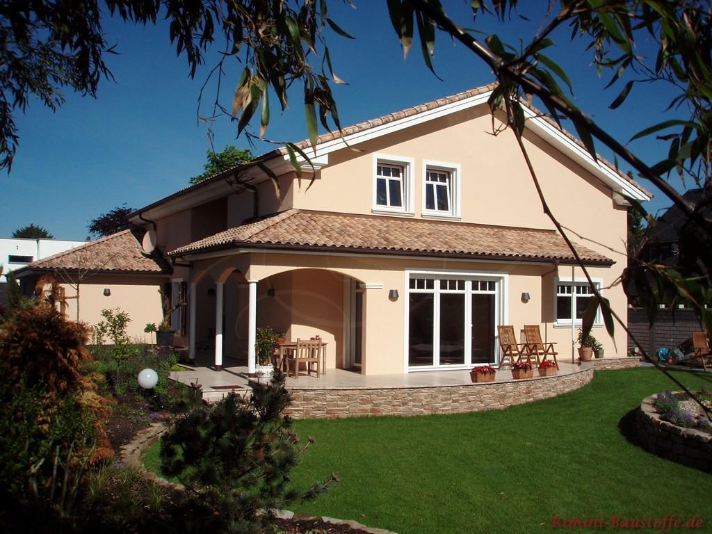 schönes mediterranes Einfamilienhaus mit heller Putzfassade und passendem Dach
