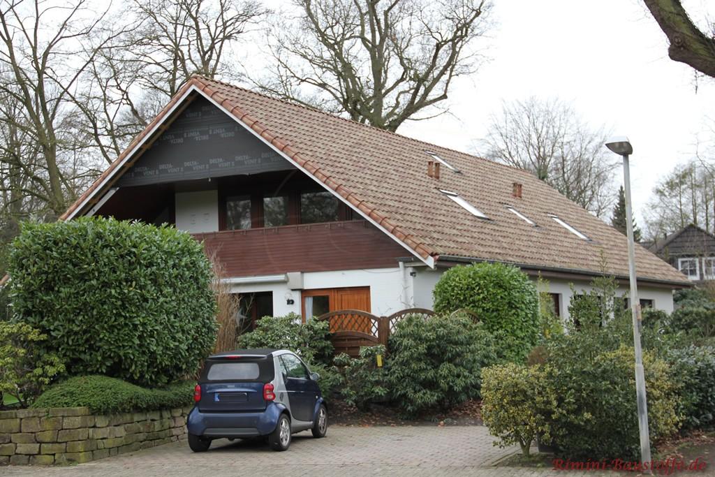 mediterraner Ziegel auf einem älteren Haus mit Satteldach in alter Optik