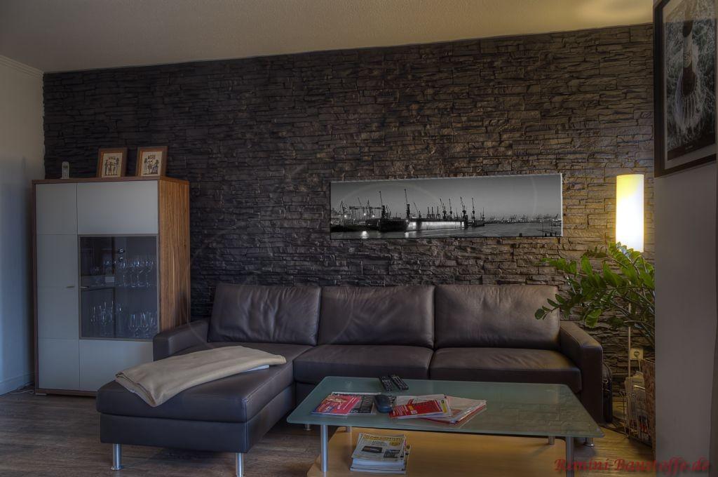 schöne moderne Wohnzimmerwand in dunkler Schieferoptik