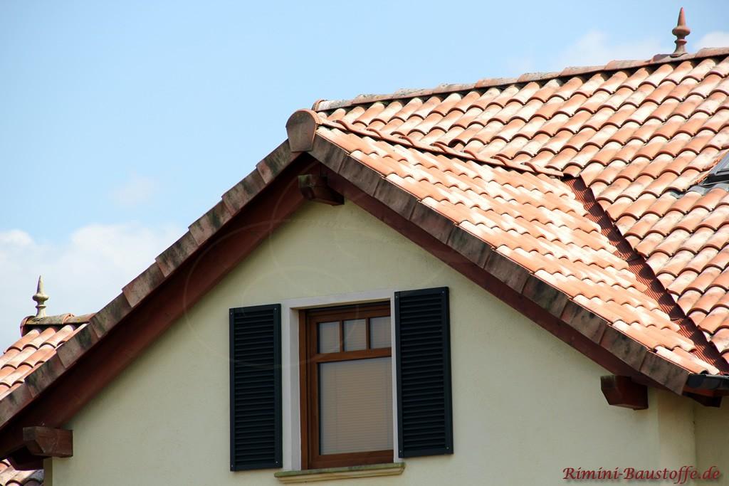 schöner mediterraner Ziegel mit alten Nuancen passend zur hellen Fassade