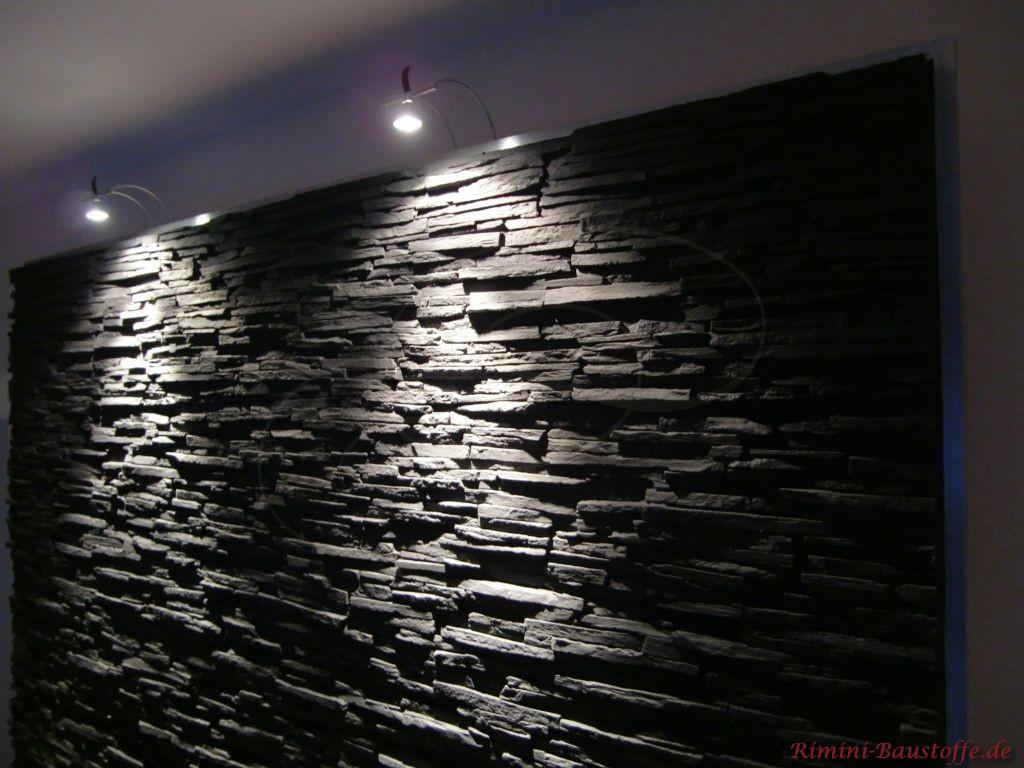 schöne beleuchtete Wohnzimmerwand in Schieferoptik