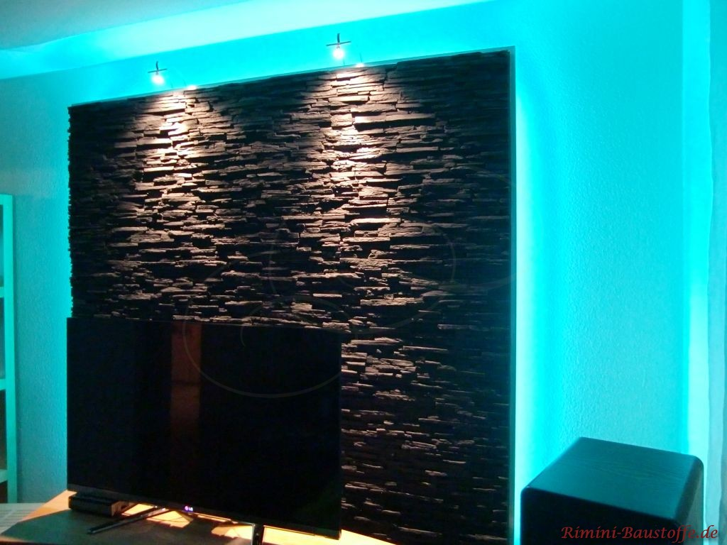 Wand hinter dem Fernseher mit Neonröhren hinterleuchtet