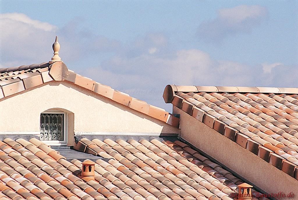 mediterranes Dach in hellem rot und grau