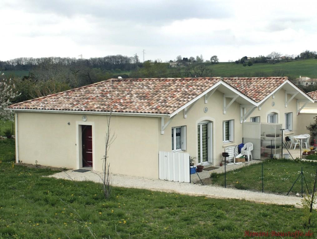 schönes mediterranes Ferienhaus mit hellgelber Putzfassade