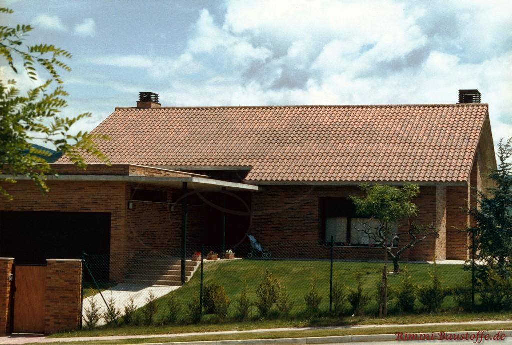 dunkler brauner Klinker mit einem dunkelbraunen Dach