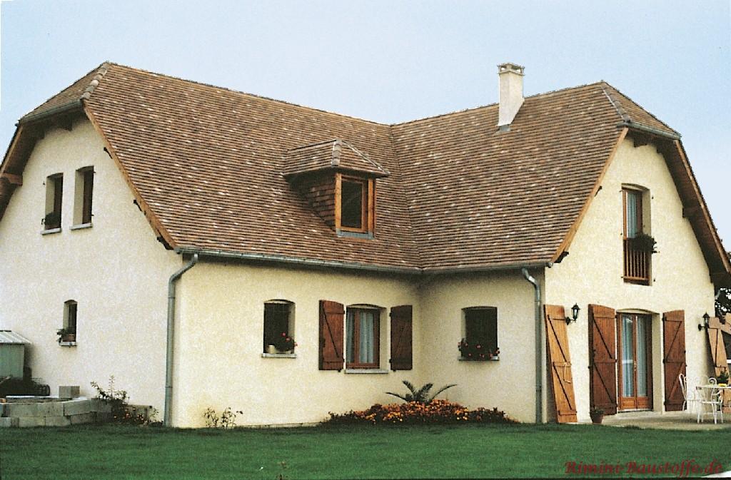 schönes braunes Dach mit Schindeln gedeckt passend zu den Holzfarbenen Fensterläden
